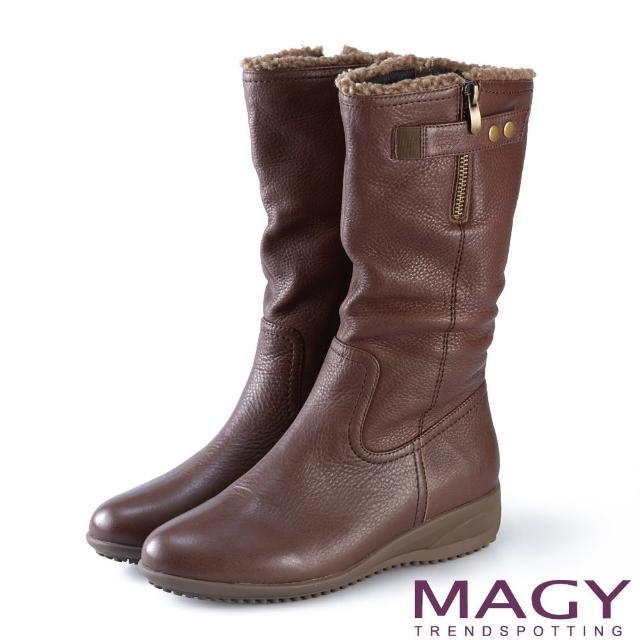 【MAGY】街頭率性風 真皮個性騎士皮帶低跟中筒靴(咖啡)