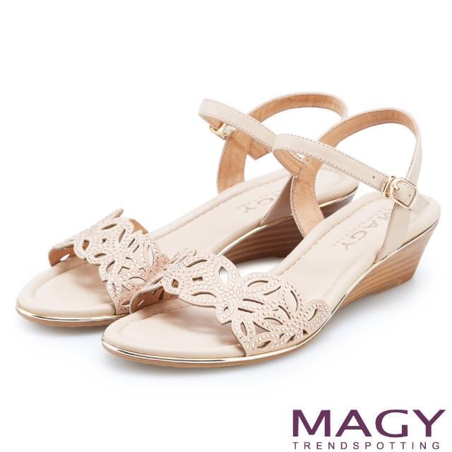 【MAGY】異國渡假風 簍空花瓣水鑽造型楔型涼鞋(粉色)
