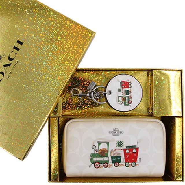 【COACH】限定款快樂森林白色PVC滿版LOGO化妝包+鑰匙圈禮盒組